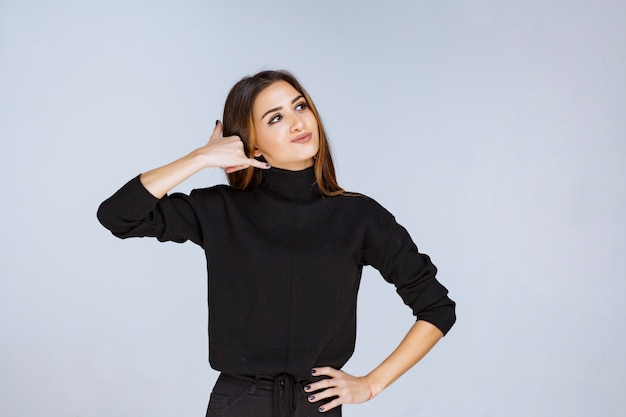 Kobieta co telefon znak ręką.