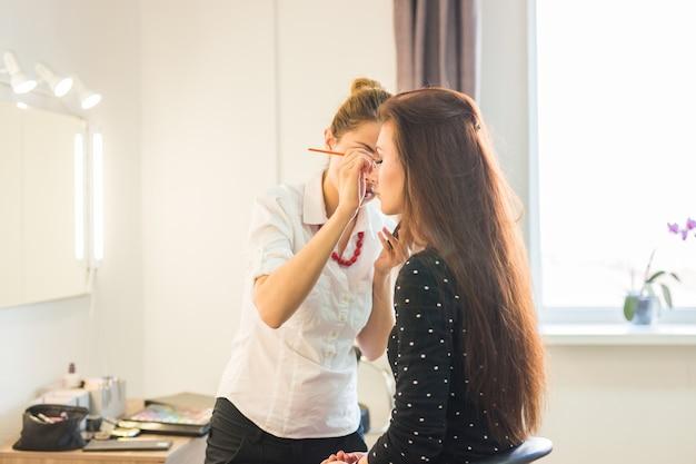 Kobieta Co Zabieg Urody I Makijażu W Salonie. Pojęcie O Pięknie I Ludziach. Premium Zdjęcia