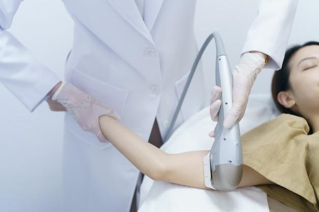 Kobieta coraz leczenia uzdrowiskowego hifu