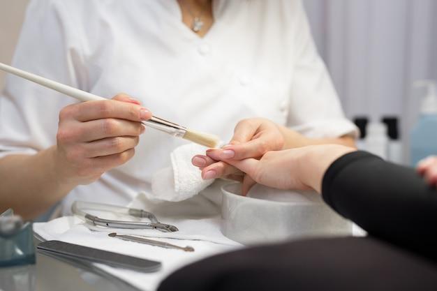 Kobieta coraz manicure paznokci