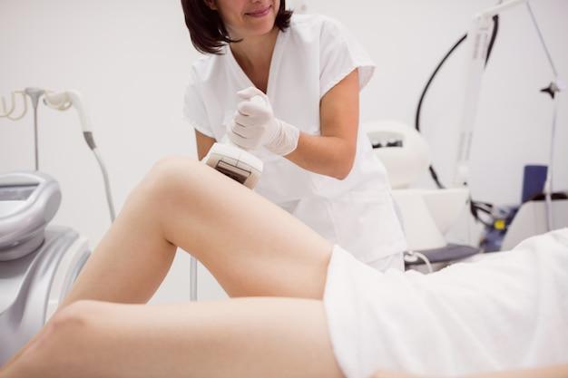Kobieta coraz terapii antycellulitowej i antytłuszczowej