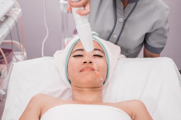 Kobieta coraz terapii darsonval twarzy