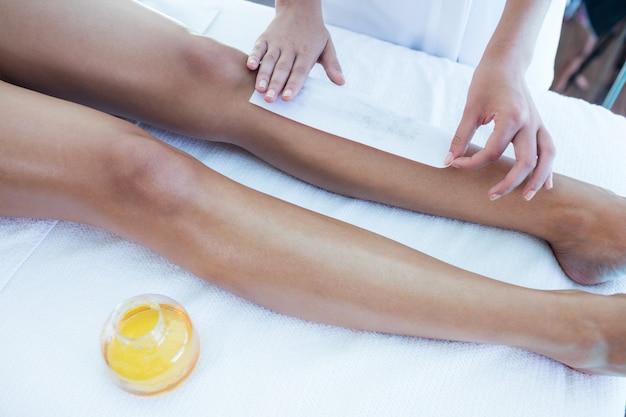 Kobieta coraz woskowane nogi