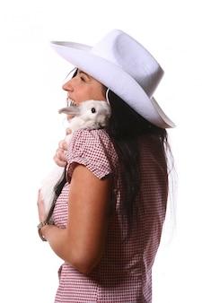 Kobieta cowgirl z królikiem