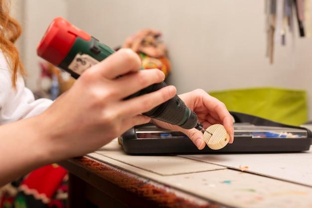 Kobieta crafting w małym kawałku drewna