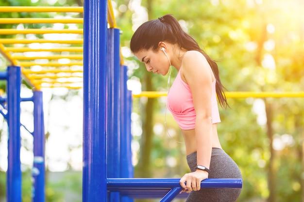 Kobieta ćwicząca na boisku sportowym na słonecznym tle