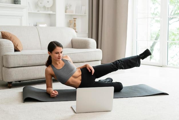 Kobieta ćwicząca sama w domu