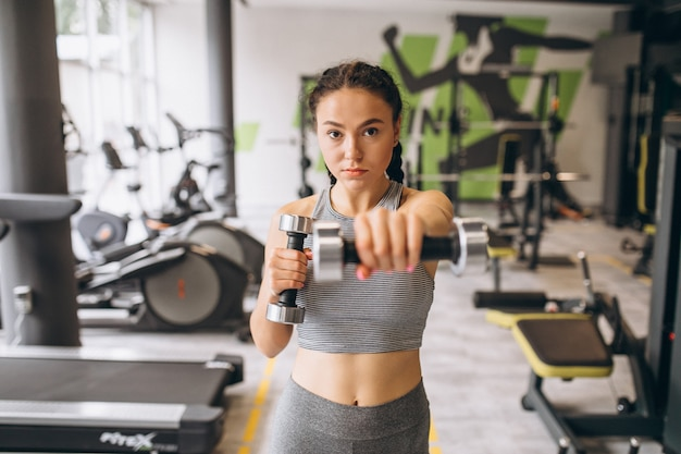 Kobieta ćwiczeń na siłowni sama
