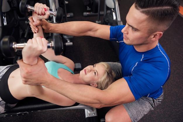 Kobieta ćwiczenia na ławce wagi