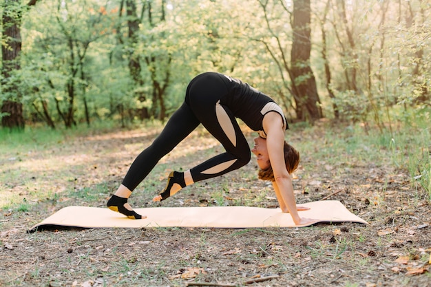 Kobieta ćwiczenia sportowe pilates poza komfort jogi