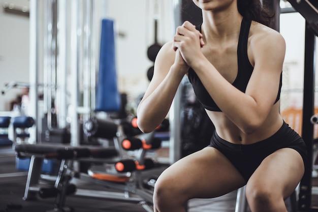 Kobieta ćwiczenia w siłowni fitness