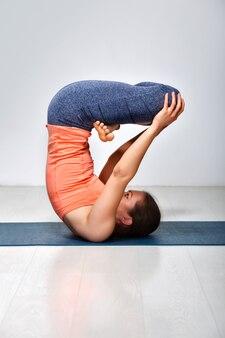 Kobieta ćwiczy asanę odwróconej jogi