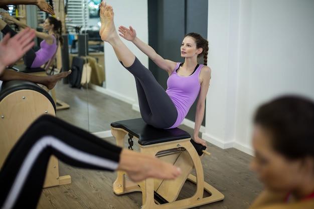 Kobieta ćwiczy na krześle wunda
