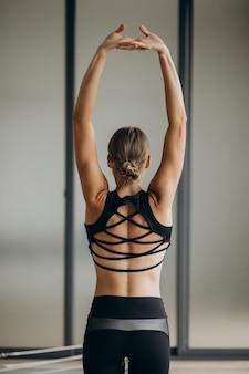 Kobieta ćwiczy pilates na reformatorze