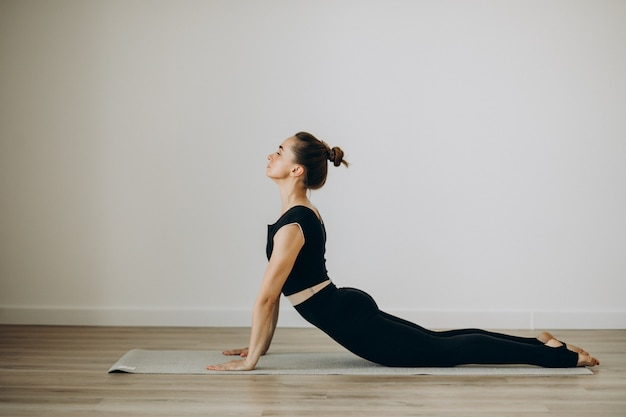 Kobieta ćwiczy pilates na siłowni jogi