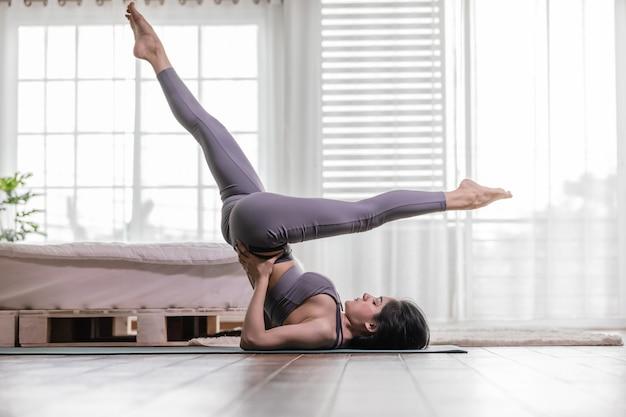 Kobieta ćwiczy pozycję jogi