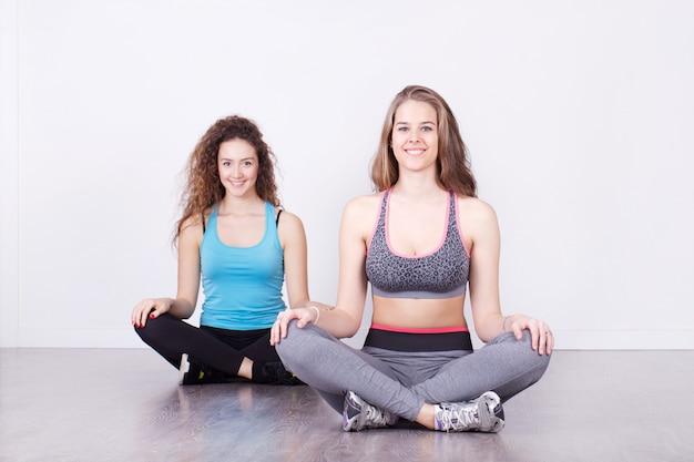 Kobieta ćwiczy przy sprawności fizycznej studiiem