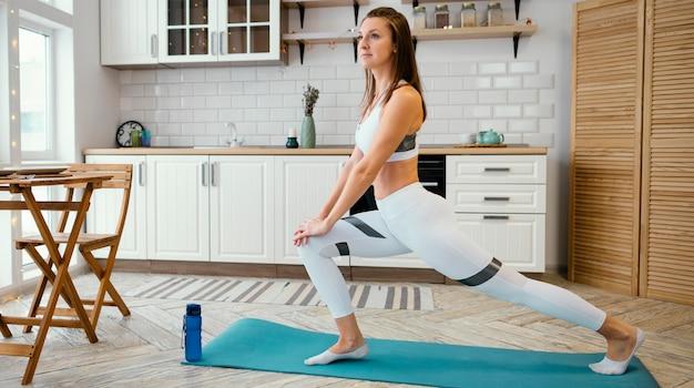 Kobieta ćwiczy w domu