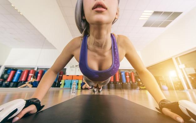 Kobieta ćwiczy w gym