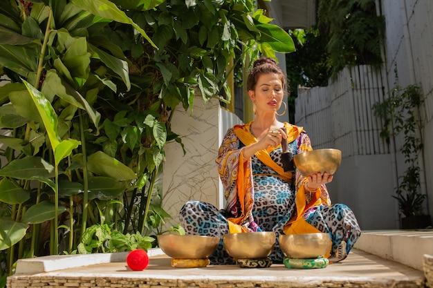 Kobieta ćwiczy z misami śpiewającymi
