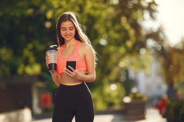 Kobieta ćwiczy zaawansowaną jogę w letnim mieście