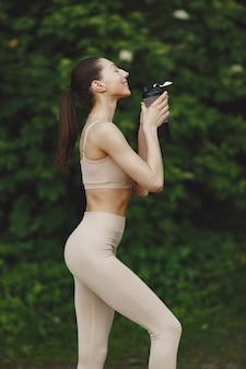 Kobieta ćwiczy zaawansowaną jogę w letnim parku