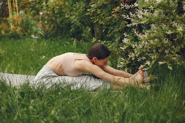 Kobieta ćwiczy zaawansowaną jogę w parku