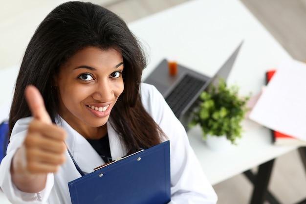 Kobieta czarny lekarz pokazuje ok lub zatwierdzenie