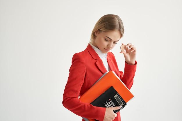 Kobieta czerwona kurtka wirtualne pieniądze gospodarki jasne tło