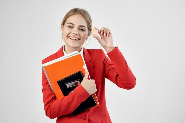 Kobieta czerwona kurtka wirtualne pieniądze gospodarki na białym tle. zdjęcie wysokiej jakości