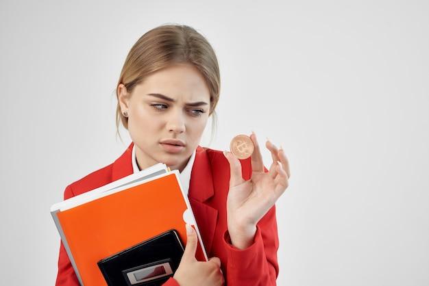 Kobieta czerwona kurtka wirtualne pieniądze gospodarki na białym tle