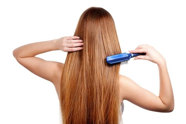 Kobieta czesanie długie lśniące brązowe włosy