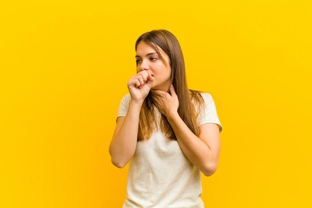Kobieta czuje się chora z bólem gardła i objawami grypy, kaszel z zakrytymi ustami