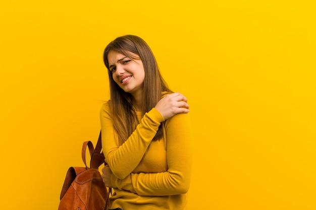 Kobieta czuje się niespokojna, chora, chora i nieszczęśliwa, bolesny ból brzucha lub grypa