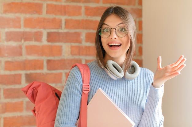 Kobieta czuje się szczęśliwa, zaskoczona i pogodna, uśmiechnięta z pozytywnym nastawieniem, realizująca rozwiązanie lub pomysł
