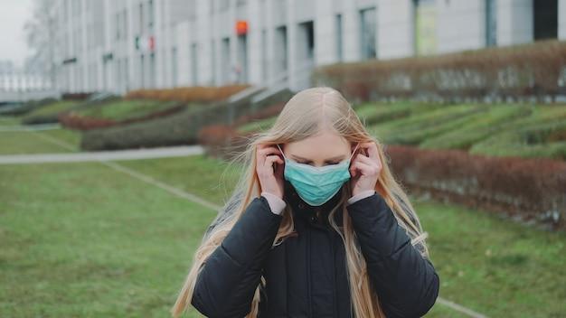Kobieta czuje się uratowana przez założenie maski medycznej twarzy