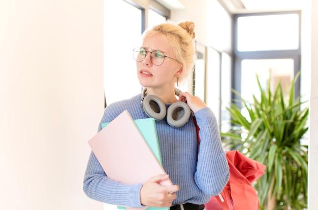 Kobieta czuje się zestresowana, niespokojna, zmęczona i sfrustrowana, ciągnie za szyję koszuli, wygląda na sfrustrowaną problemem