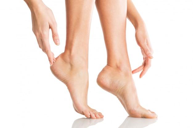 Kobieta czule dotyka jej stóp