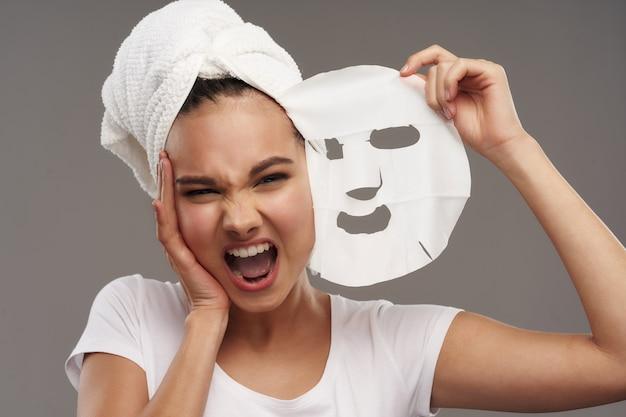 Kobieta czysta skóra kosmetyki zabiegi spa dermatologia pielęgnacja biały szlafrok ręcznik na głowie