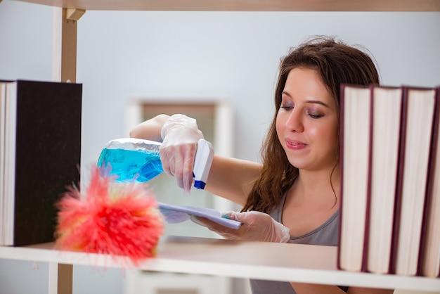 Kobieta czyszczenia kurzu z półki