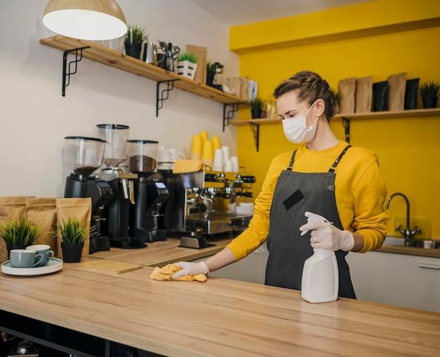 Kobieta czyszczenia powierzchni barista