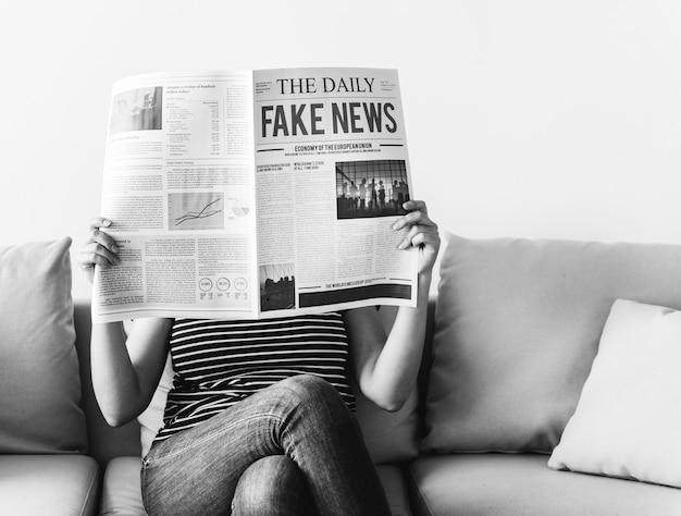 Kobieta czyta gazetę