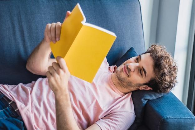 Kobieta czyta książkę w domu