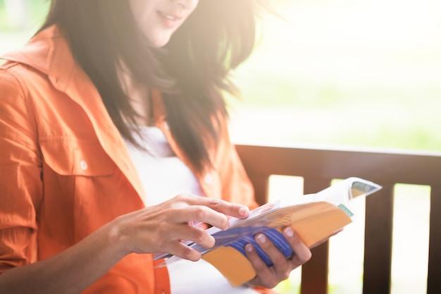Kobieta czyta książkę.