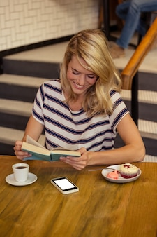 Kobieta czyta książkowego obsiadanie