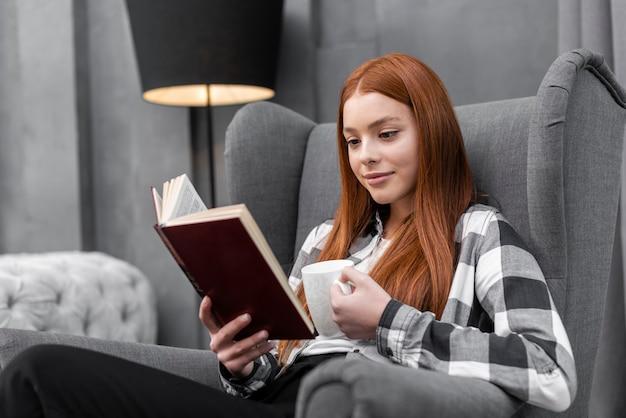 Kobieta czyta książkowego środka strzał