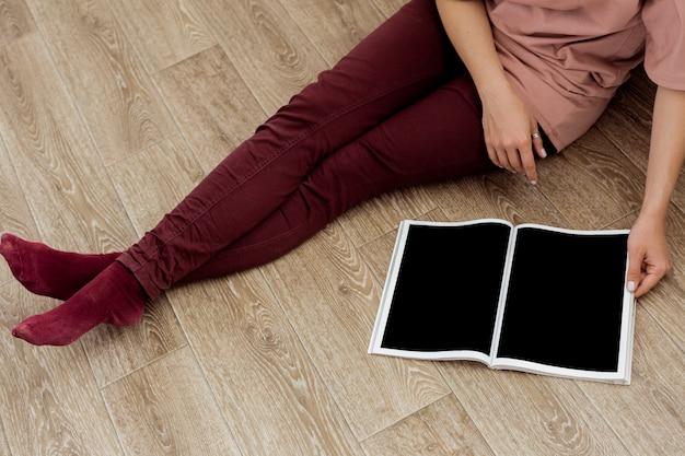 Kobieta czyta magazyn