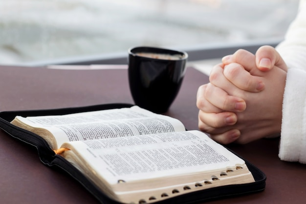 Kobieta czyta pismo święte i ono modli się