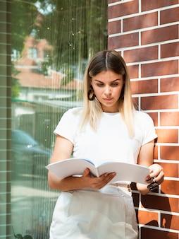 Kobieta czyta próbny magazyn