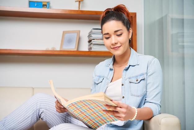 Kobieta czyta w domu